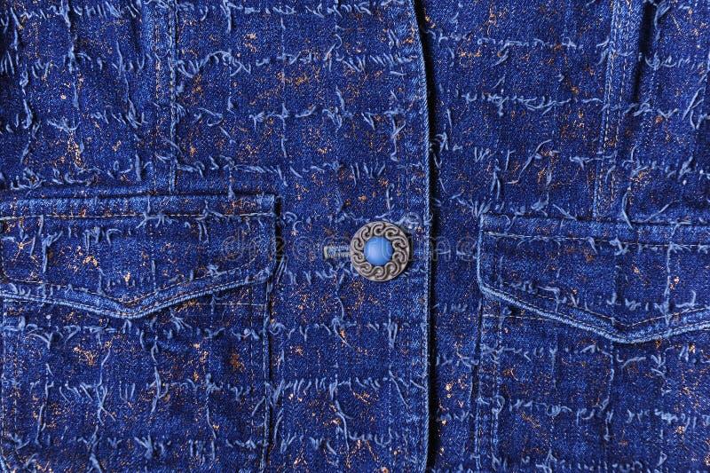 Beschaffenheit des blauen Denims mit Goldthreads Schöner blauer Knopf, Taschen stockbild