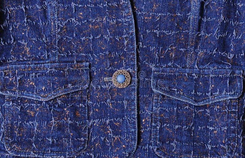 Beschaffenheit des blauen Denims mit Goldthreads Schöner blauer Knopf, Taschen stockfotos