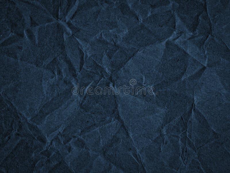 Beschaffenheit des dunkelblauen zerknitterten Kraftpapiers stockfoto