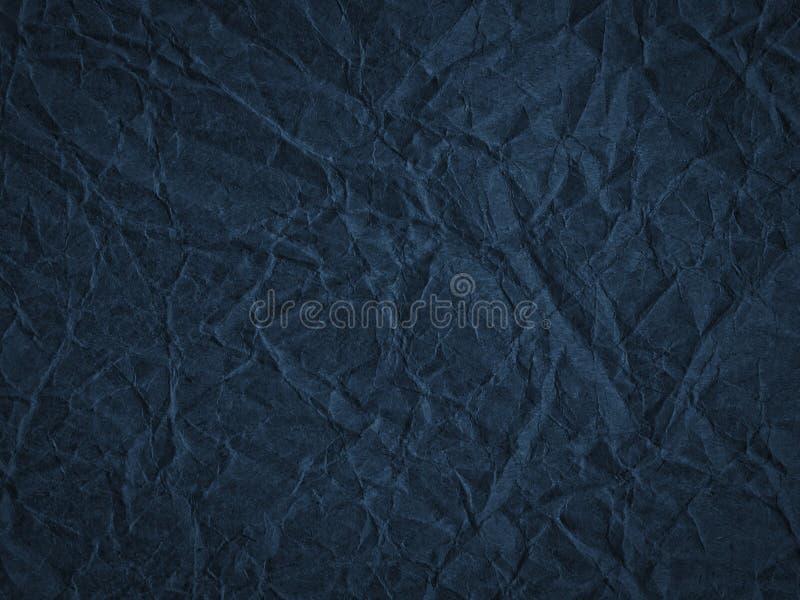 Beschaffenheit des dunkelblauen zerknitterten Kraftpapiers stockbild