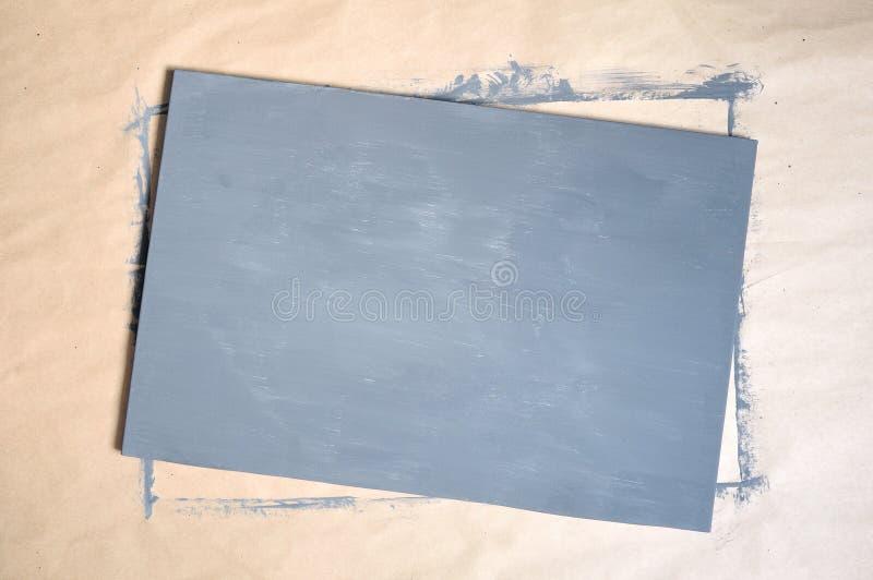 Beschaffenheit des dunkelgrauen Segeltuches der Weinlese mit Kraftpapierhintergrund Platz f?r Text lizenzfreies stockfoto