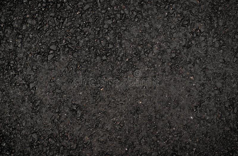 Beschaffenheit des dunklen glatten Asphalts mit kleinen Steinen Tapete f?r Entwurf, Draufsicht stockfotografie
