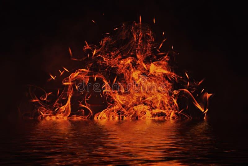 Beschaffenheit des Feuers mit Reflexion im Wasser Flammen auf lokalisiertem schwarzem Hintergrund Beschaffenheit für Fahne, Flieg stock abbildung