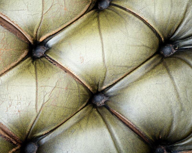 Beschaffenheit des grünes altes Leder-büscheligen Sofas stockfotografie