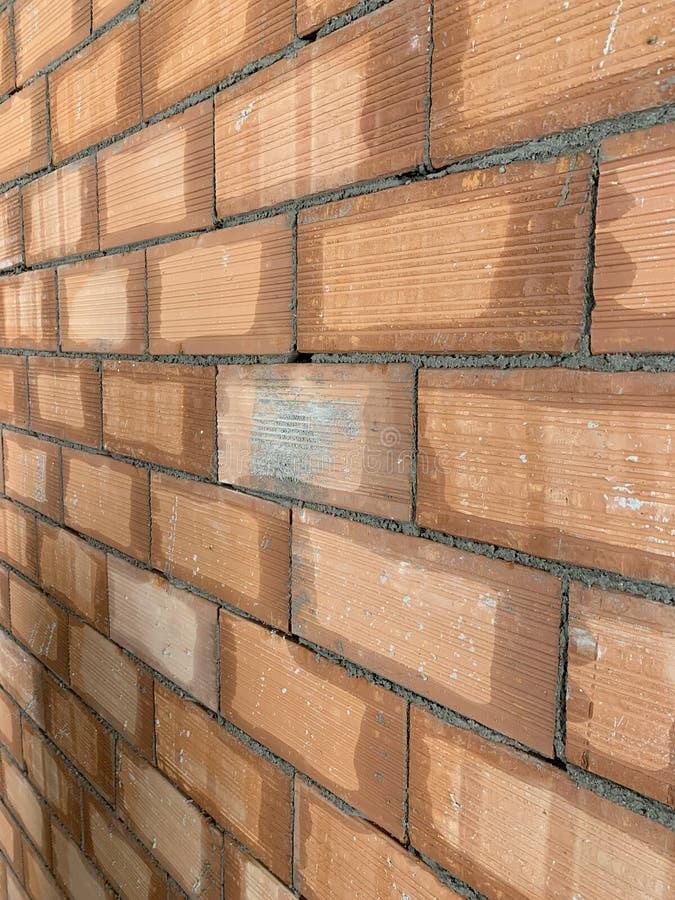 Beschaffenheit des roten Backsteins Gro?e Wand des roten Backsteins, europ?ische Maurerarbeit mit nat?rlichen Defekten, Kratzer,  stockfotos