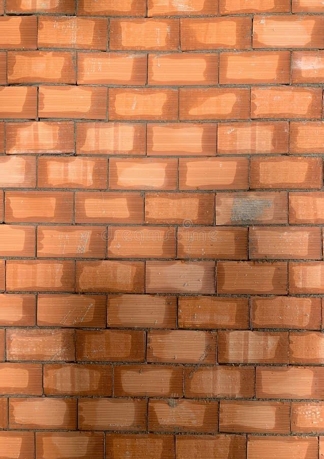 Beschaffenheit des roten Backsteins Gro?e Wand des roten Backsteins, europ?ische Maurerarbeit mit nat?rlichen Defekten, Kratzer,  lizenzfreies stockfoto