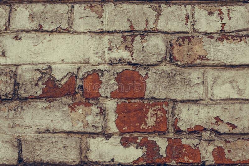 Beschaffenheit des verfallenen Backsteinmauerabschlusses oben Schmutzige schäbige Backsteinmauer in der weißen Schalenfarbe Wei?e stockbild