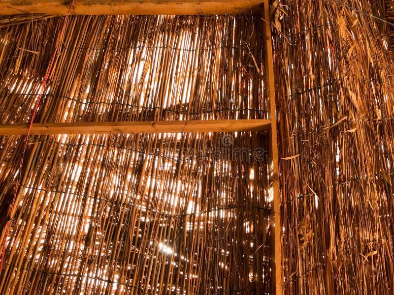 Beschaffenheit eines orange braunen natürlichen trockenen Strohs schimmerte im Sonnendach eines mit Stroh gedeckten alten Bungalo lizenzfreies stockfoto