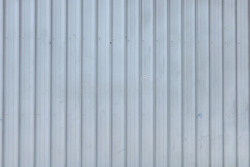 Beschaffenheit mit Reflexion abstellgleis Nahtlose Oberfl?che des galvanisierten Stahls Industriegebäudewand stockbild
