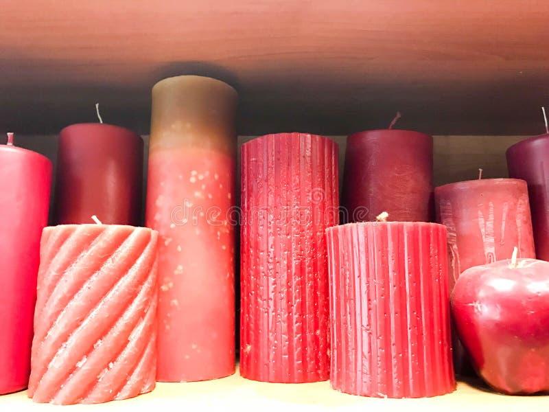 Beschaffenheit vieler festlichen verschiedenen Formen des Rotes, Burgunder-Wachskerzen mit den Dochten, die in Folge stehen Der H lizenzfreies stockbild