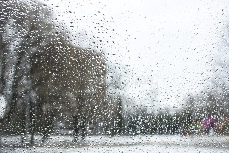 Beschaffenheit von bokeh Tropfen auf Glas vor st?dtischer Parklandschaft stockbild