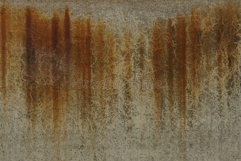 Beschaffenheit von der schmutzigen Betonmauer mit braunen Rostflecken lizenzfreie stockfotos