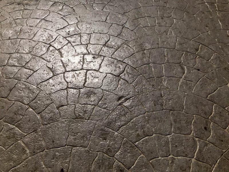 Beschaffenheit von einem glänzenden natürlichen der Steinbetonstraßefliese von den Ziegelsteinen mit einem Muster von Nähten und  lizenzfreie stockbilder