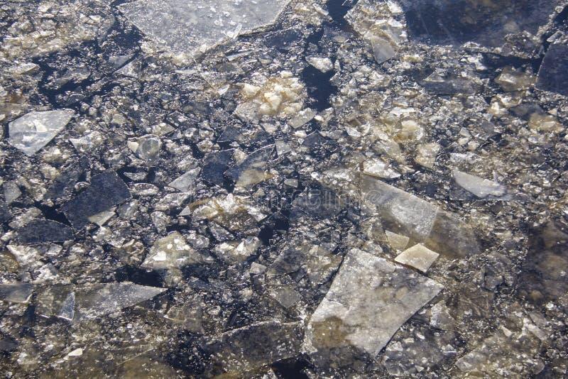 Beschaffenheit von Eiskristallen auf einer gefrorenen Pfützen-Oberfläche stockbild