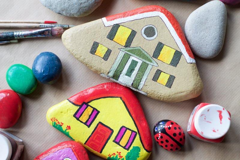 Beschaffenheit von gemalten Steinen als Häusern lizenzfreie stockfotografie