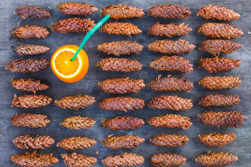 Beschaffenheit von Kiefernholzkegeln Orange Cocktail der Stimmungsfreizeit stockfotografie