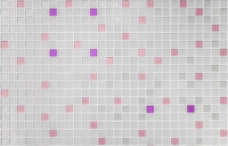 Beschaffenheit von kleinen Quadraten des Mosaiks in weißem und rosa saumon cera stockbilder