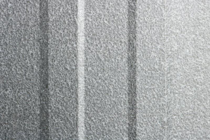 Beschaffenheit von Kratzern auf alter Dachblechtafel, abstrakter Hintergrund stockfotos