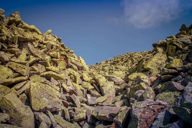 Beschaffenheit von Steinen und von Hintergrund Steine auf der Flussbank Dnie stockfoto