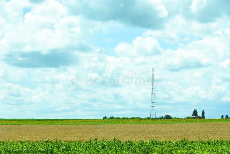 Beschaffenheit von Ukraine Die Landschaft von ukrainischen landwirtschaftlichen Feldern von Sommerfeldern Der Bauernhof Felder mi lizenzfreie stockfotos
