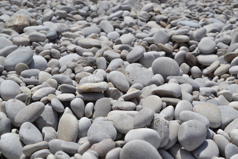 Beschaffenheit von vielen mehrfarbige sch?ne Runde und ovale glatte Natursteine, Kiesel Der Hintergrund stockfotografie