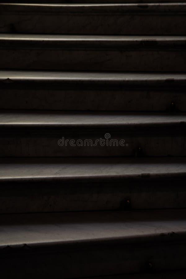 Beschaffenheit von wei?en Marmorschritten im dunklen Abschluss oben das Spiel der Licht- und Schattenvertikale lizenzfreies stockbild