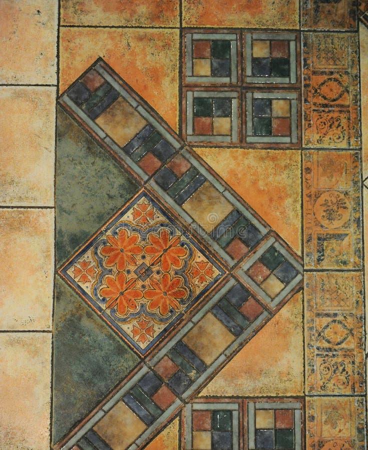 Beschaffenheitsfliesenboden in einer Mosaikart stock abbildung