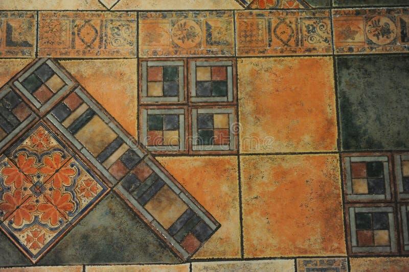 Beschaffenheitsfliesenboden in einer Mosaikart lizenzfreie abbildung