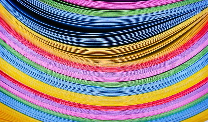 Beschaffenheitsschichten buntes mehrfarbiges Papier in der Linie Kurvenmusterhintergrund stockbilder