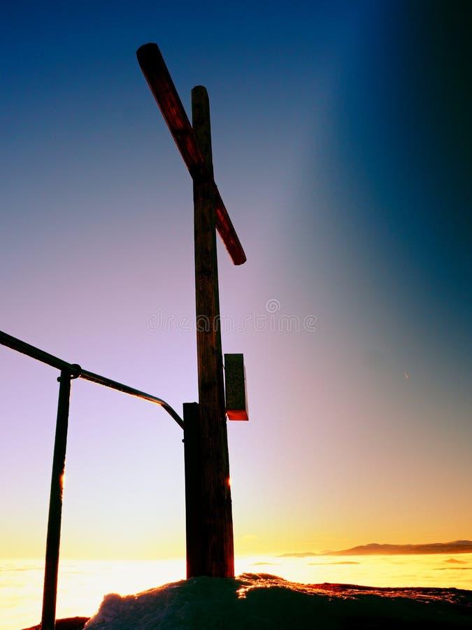 Bescheiden houten kruis op rotsachtige top Geheugen van slachtoffers stock foto