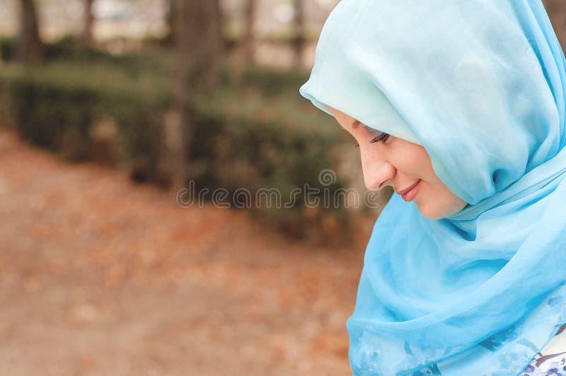Bescheiden meisje in een blauwe hoofddoek Moslimmeisje stock fotografie