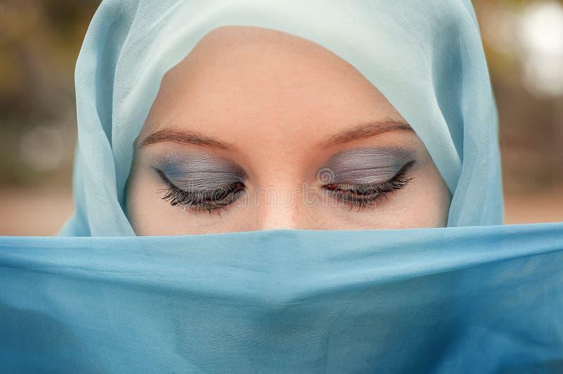 Bescheiden meisje in een blauwe hoofddoek Moslimmeisje stock foto's