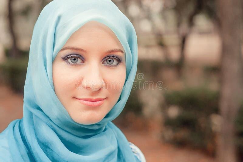 Bescheiden meisje in een blauwe hoofddoek Moslimmeisje stock foto
