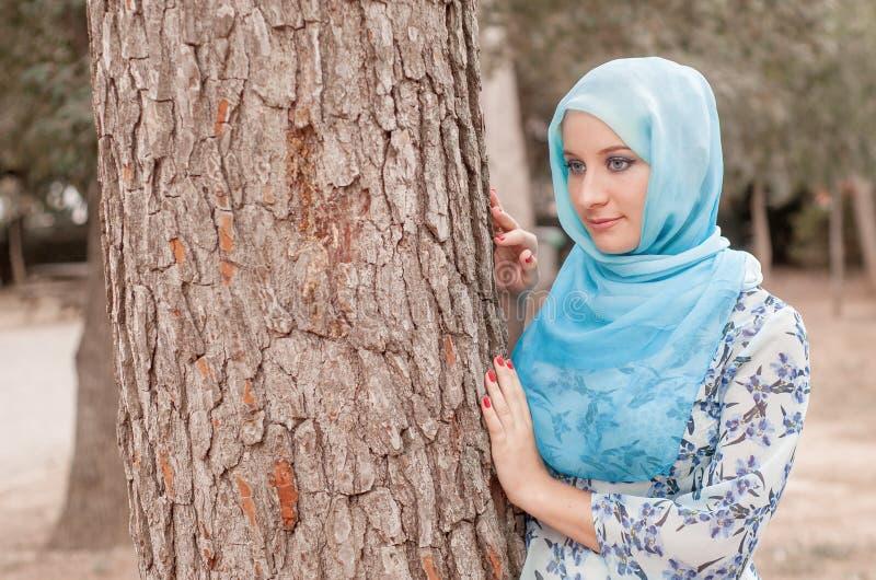 Bescheiden meisje in een blauwe hoofddoek Moslimmeisje royalty-vrije stock afbeelding