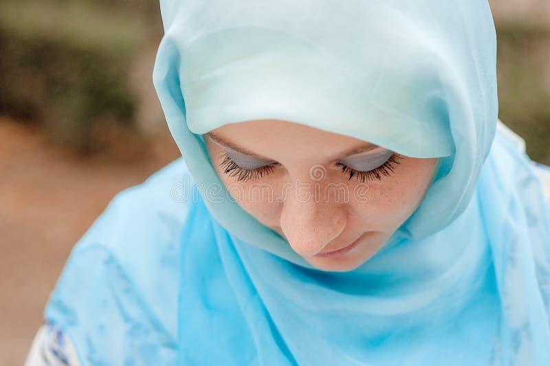 Bescheiden meisje in een blauwe hoofddoek Moslimmeisje royalty-vrije stock fotografie