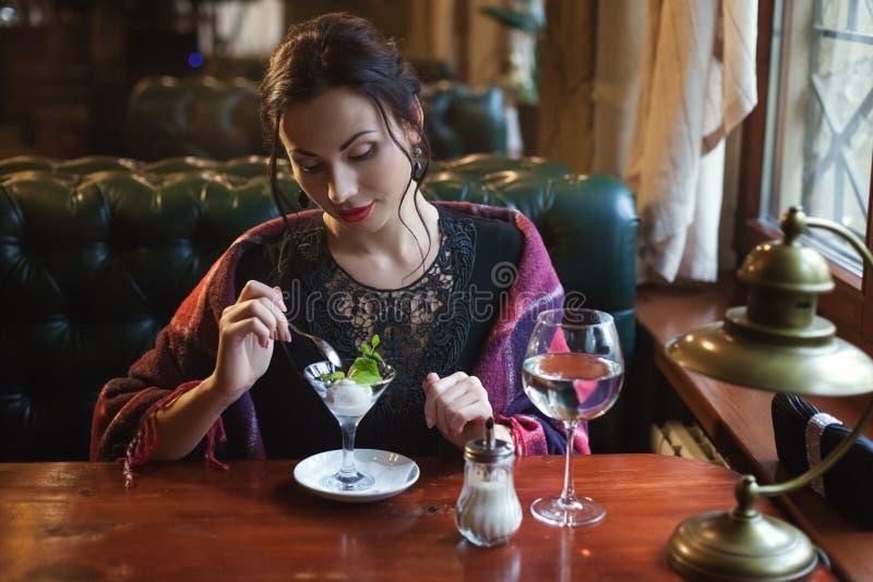Bescheiden vrouw in een koffie royalty-vrije stock foto