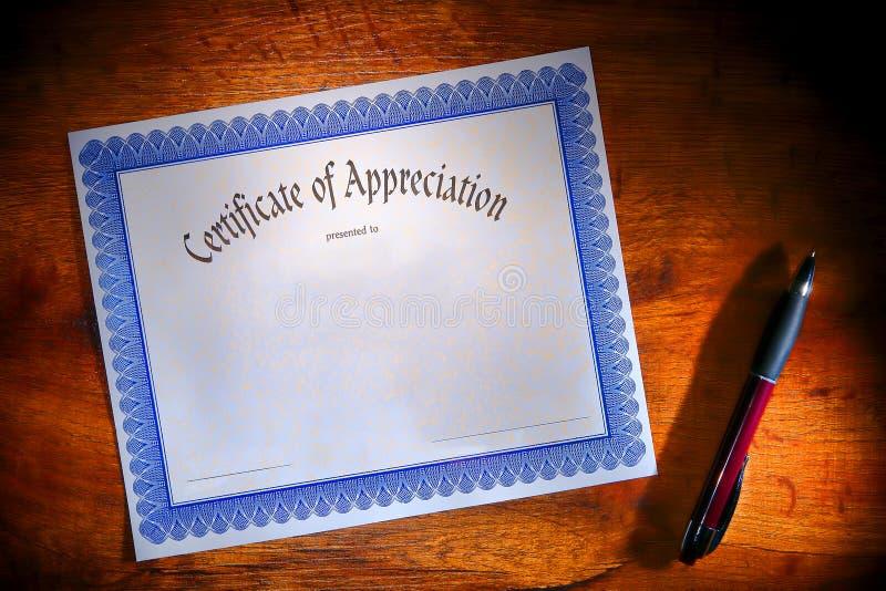 Bescheinigung des Anerkennungs-Leerbelegs auf Schreibtisch stockfoto