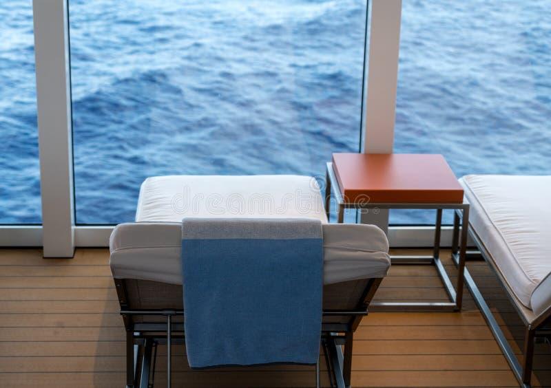 Beschermde lanterfanter op cruiseschip door oceaan stock fotografie
