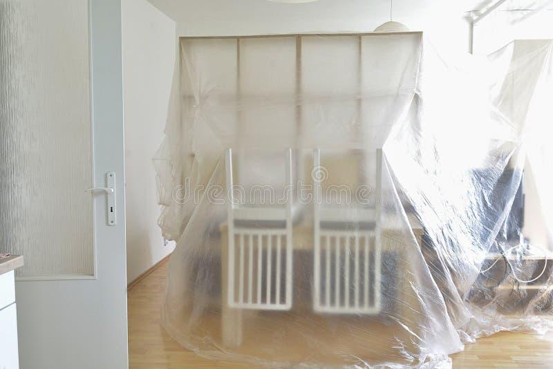 Beschermend het meubilair tegen het schilderen van de ruimte royalty-vrije stock afbeelding