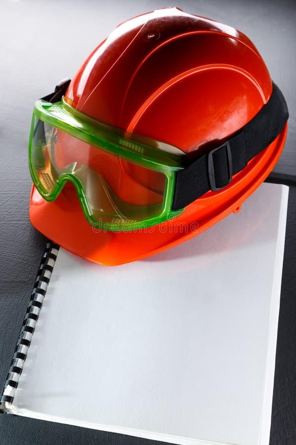 Beschermende brillen en rode helm stock fotografie