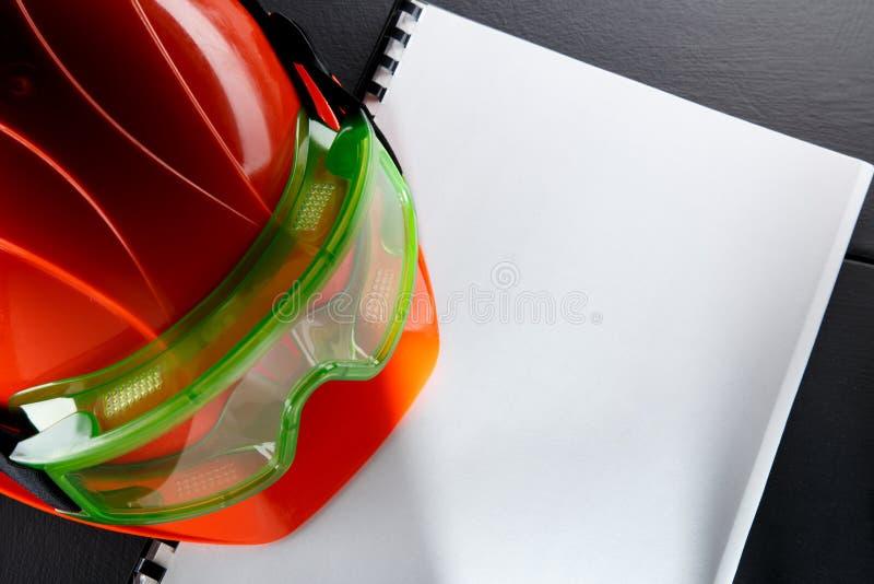 Beschermende brillen en rode helm stock foto's
