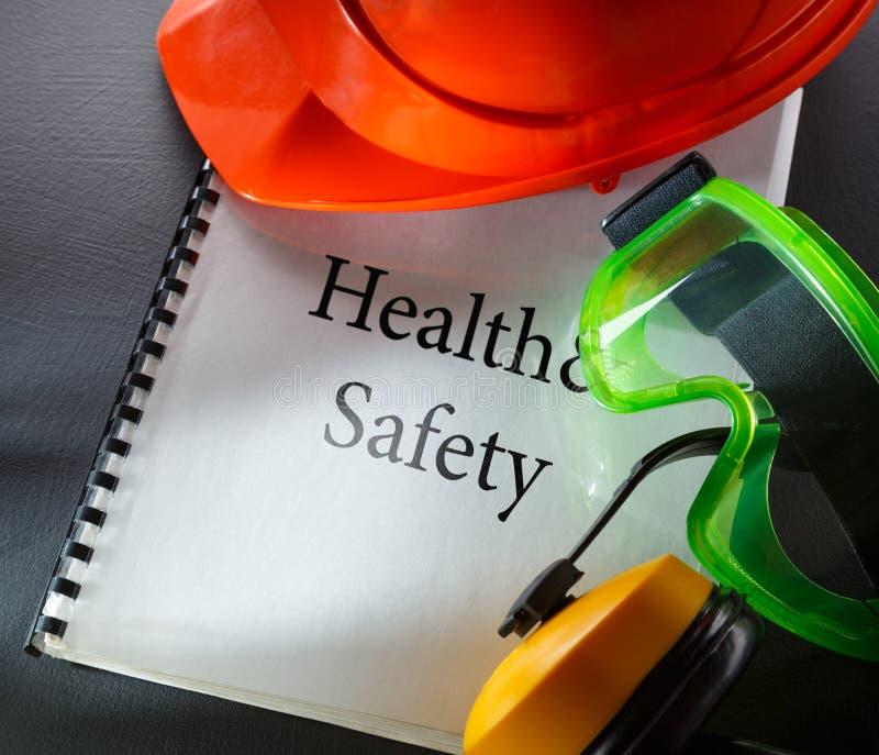 Beschermende brillen, oortelefoons en rode helm stock foto's