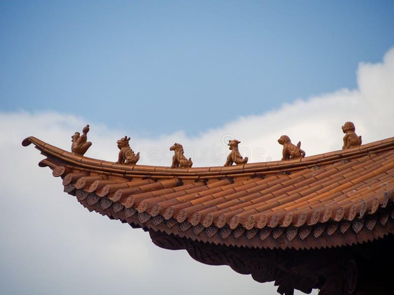 Beschermers op Traditioneel Betegeld Dak in China stock afbeeldingen