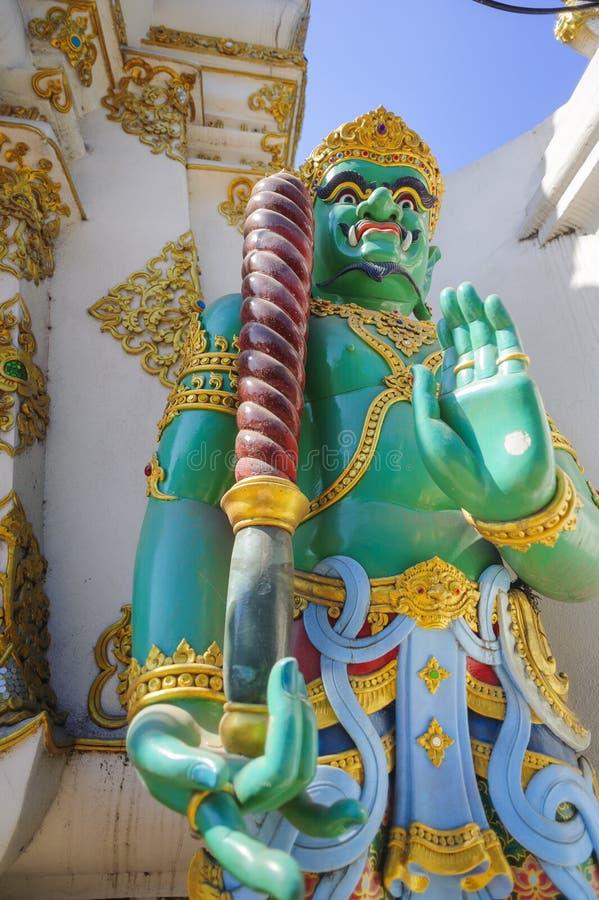 Beschermerstandbeeld door een Boeddhistische tempel royalty-vrije stock afbeeldingen