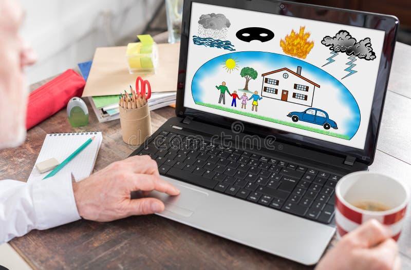 Bescherming tegen schadeconcept op het laptop scherm royalty-vrije stock foto's