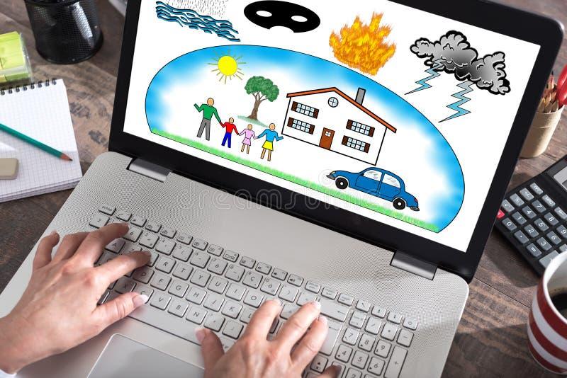 Bescherming tegen schadeconcept op het laptop scherm royalty-vrije stock afbeelding
