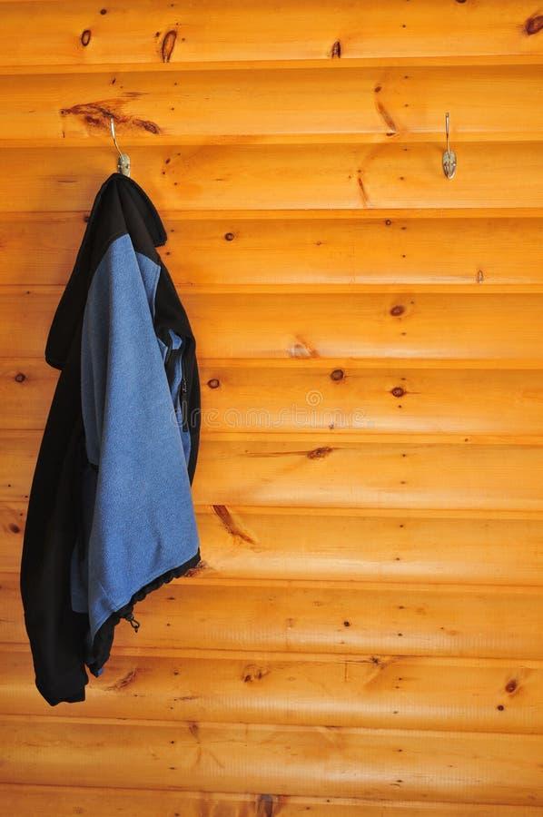 Beschichten Sie das Hängen an einer Kabinewand lizenzfreies stockfoto