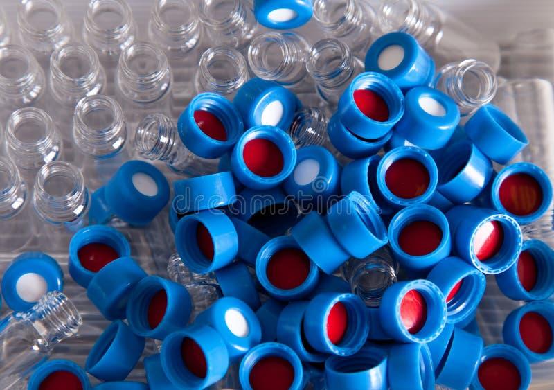 Beschikbare chemiekappen en flessen stock afbeelding