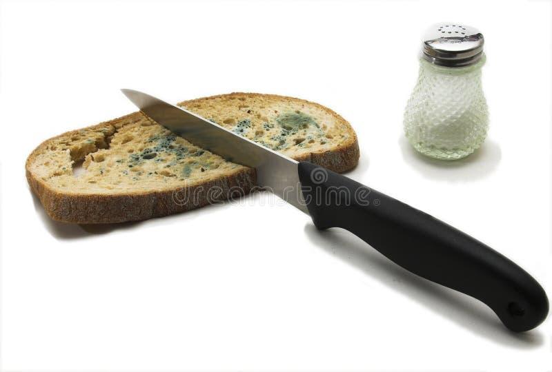 Beschimmeld brood met mes stock foto's
