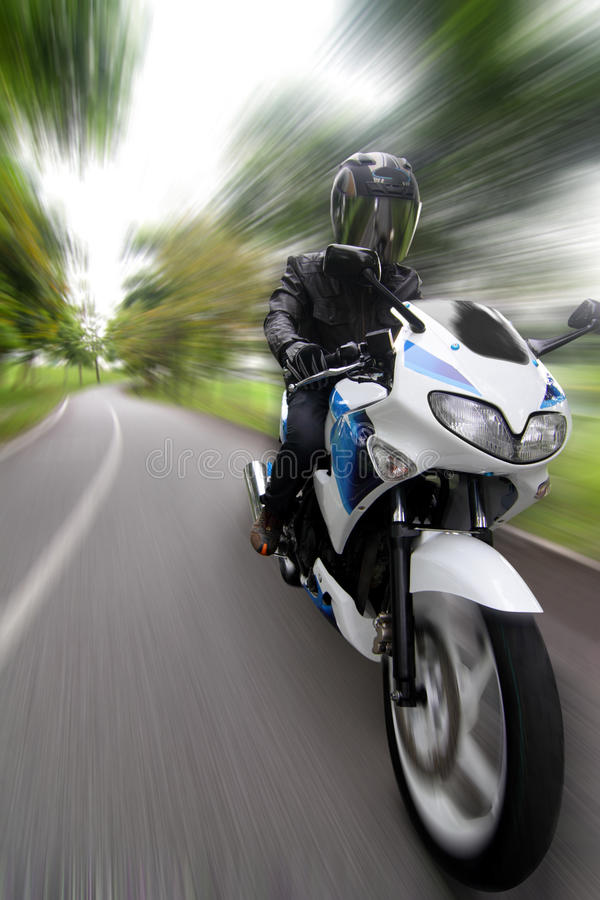 Beschleunigenmotorradfahrer Stockfoto